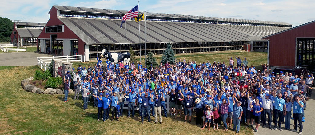 360 guests wave to the camera for a group photo during the 18th Alta Advantage Showcase Tour in Michigan